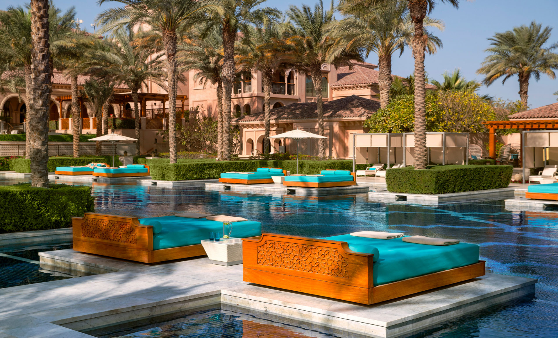ONE&ONLY-THE-PALM--Dubai-grand-pool-sunbed